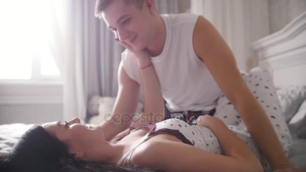 Девушка и парень ласкает друг друга в постели видео