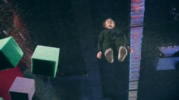 junge Turnerin springt auf dem Trampolin, Zeitlupe - Ansicht von unten