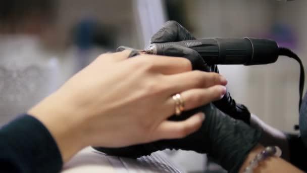 Práce manikérka - hřebík mistr v lékařské maska dělá profesionální manikúru