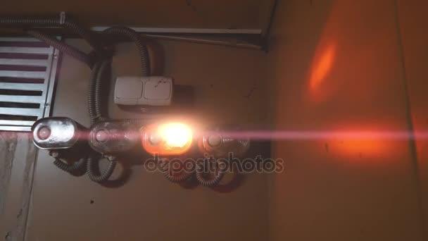 Illuminazione di emergenza di allarme rosso con i chiarori