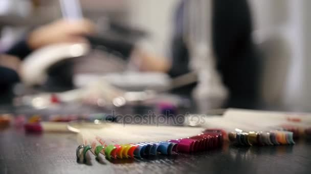 Leštění nehtů - profesionální manikúru v kosmetickém salonu
