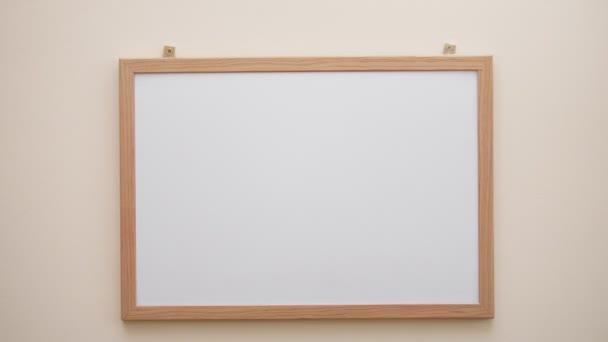 Ruka se značkou psaní a mazání symbol otazník na bílou tabuli