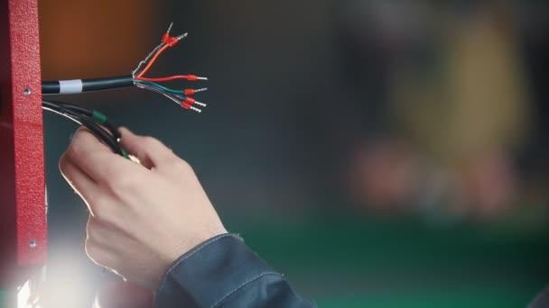 Elektrikář pracuje rukama elektrické, Zpomalený
