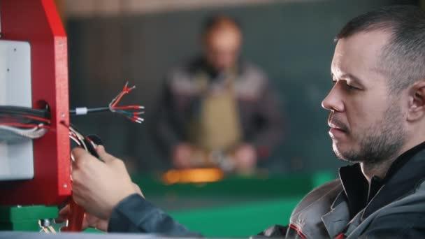 Elettricista lavora con le mani di elettrico, slow-motion