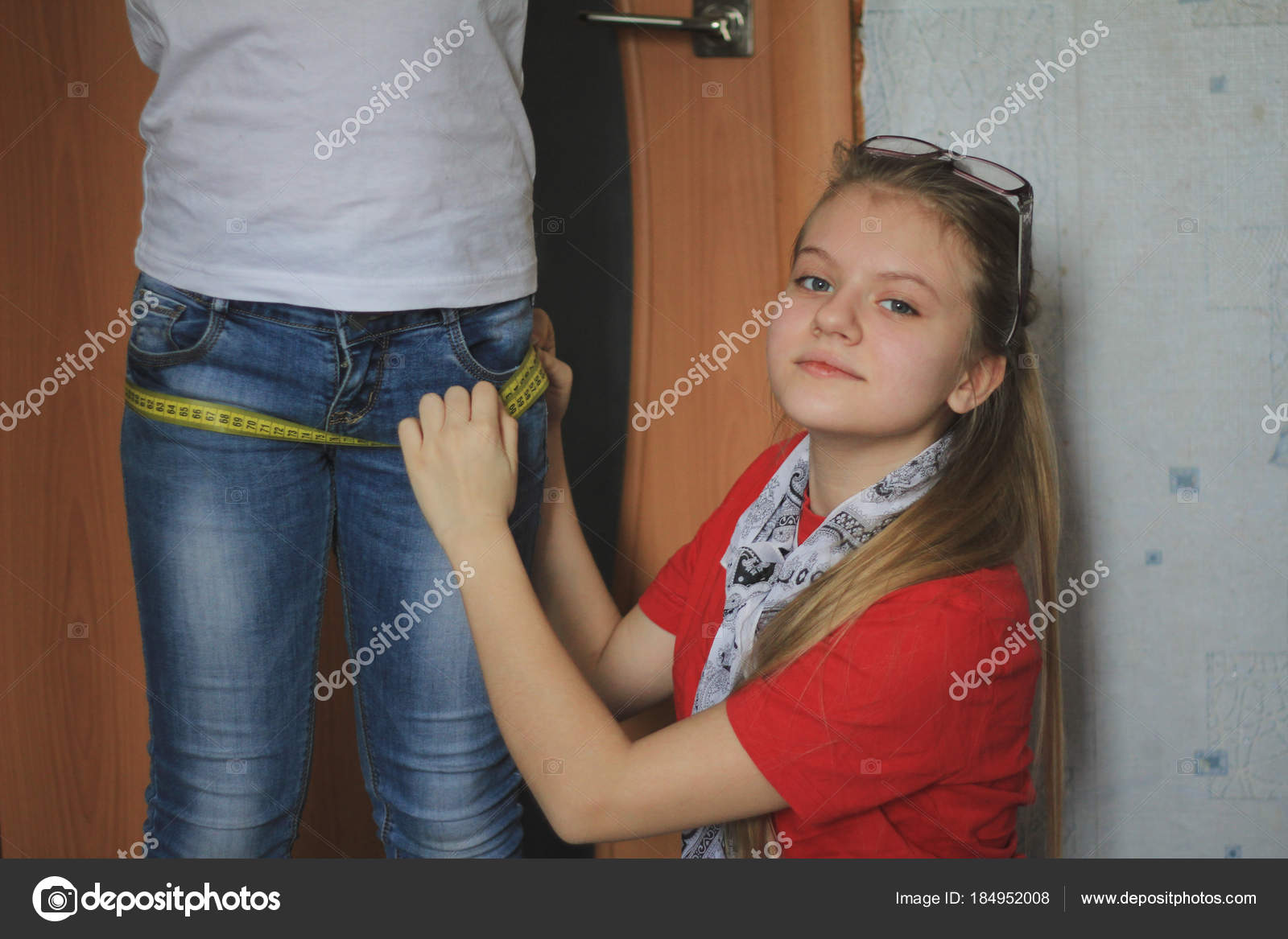 Teen girl 12-years old plays in sewing with sister - seamstress — Stock  Photo