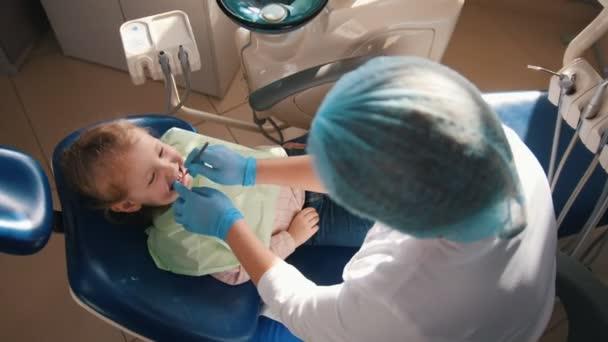 Mädchen an der Rezeption beim Zahnarzt, dem Stomatologen, der die Reinigung durchführt