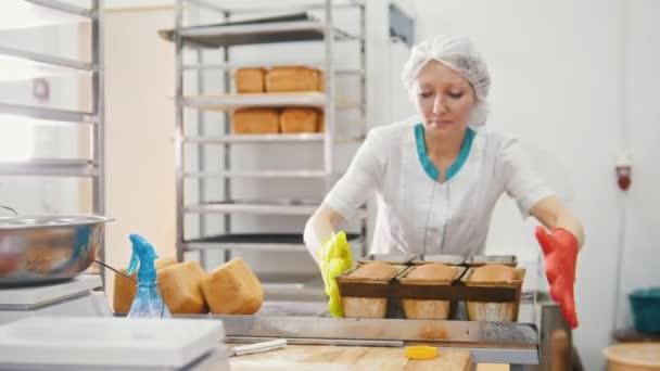 Nő süt kenyeret a Nagykonyhák