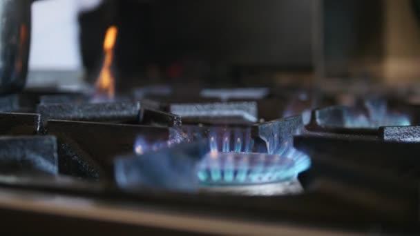 Oheň hoří na komerční kuchyni v restauraci plynu