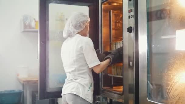 Női süt a Nagykonyhák - húz a kenyeret a kemencében
