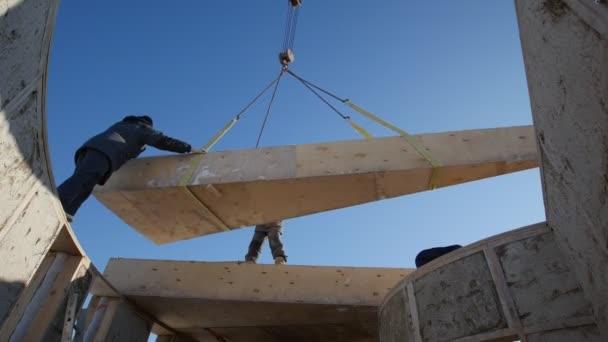 Stavební jeřáb zvedá slámy dřevěný blok pro kruh ekologie dům