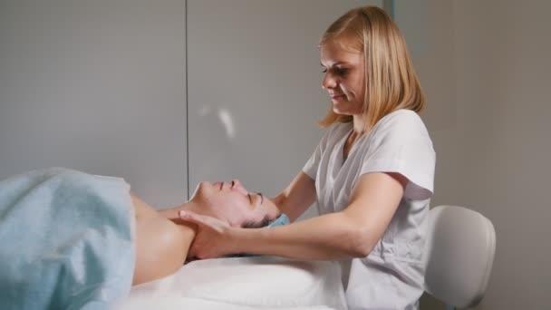 Professionelle kosmetische Verfahren zur Haut des Gesichts - Maske Gesichts massage im Wellness-Salon-Hautpflege