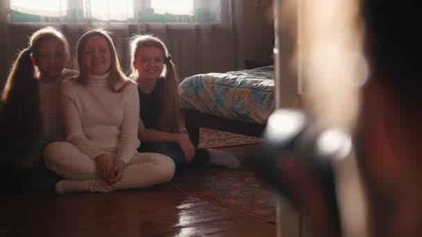 Rodinná fotografie sester - tři teen holky doma