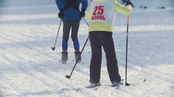 kasan, russland - märz 2018: skifahrerin bewegt sich bei sonnigem wintertag auf skipiste