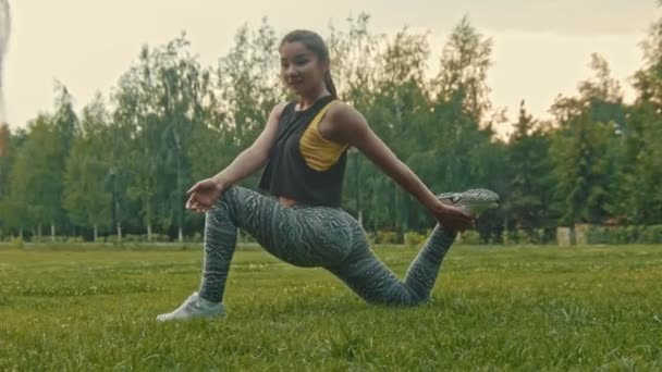 Mladý sportovní ženy sexy fitness flexibilní uplatnění v parku, jezdec