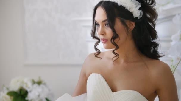 Atraktivní bruneta nevěsta v módní svatební šaty s profesionální make-up