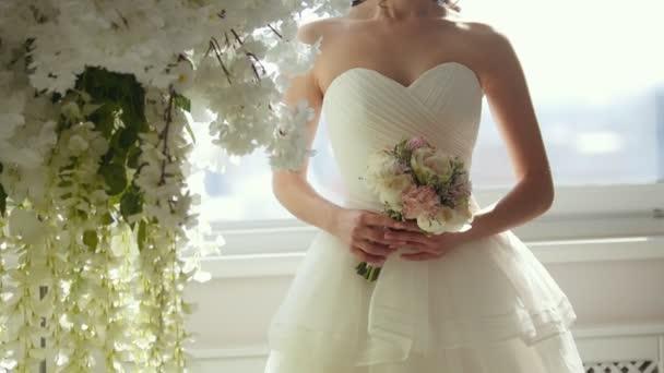 Atraktivní model svatebních šatů s kyticí nevěsty