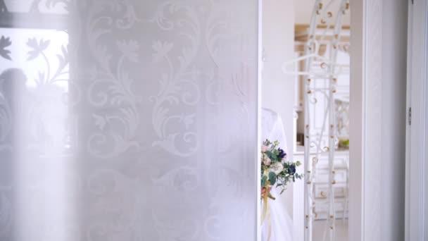Krásná muslimská nevěsta ve svatebních šatech s svatební čelenka ve studiu