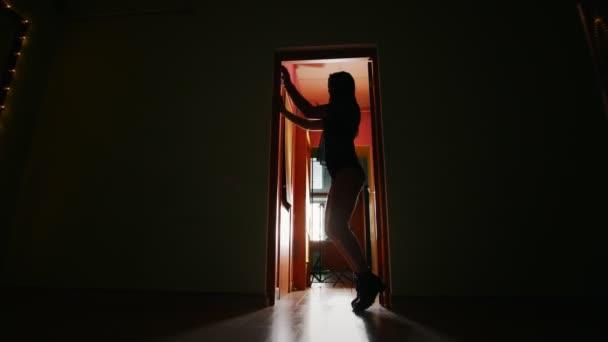 Silueta de mujer baila con el pelo largo en el cuarto oscuro — Vídeo ...
