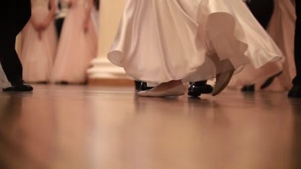 Mladí lidé na historický ples na sále, pomalý pohyb