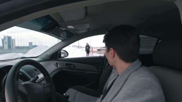 4309a150c000c Jeune homme dans la voiture va de sa petite amie– séquence vidéo