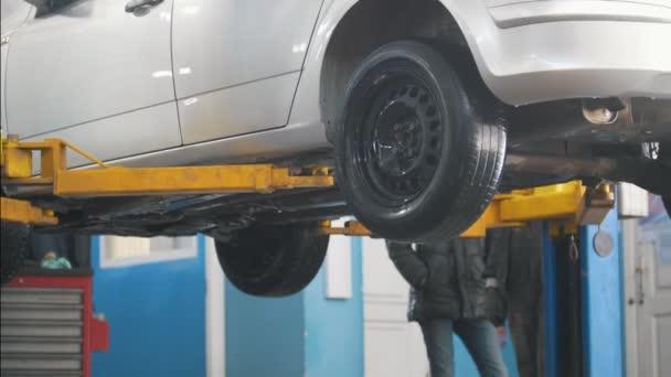 Auto auto servis výtahy pro opravy, mechanika v garáži