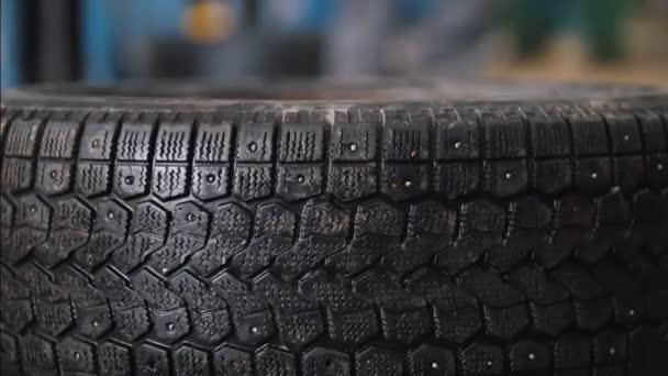 Szerelő unscrews hood - autó szolgáltatás javítása, közelről autó részlete