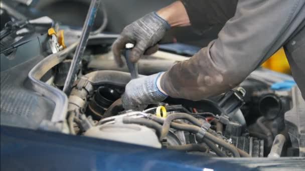 Mechanik muž opravit auto v čerpací stanici