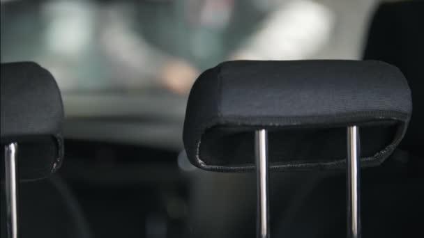 Az autót a szerelő a belső udvarra rögzítő a bekötése a műszerfal