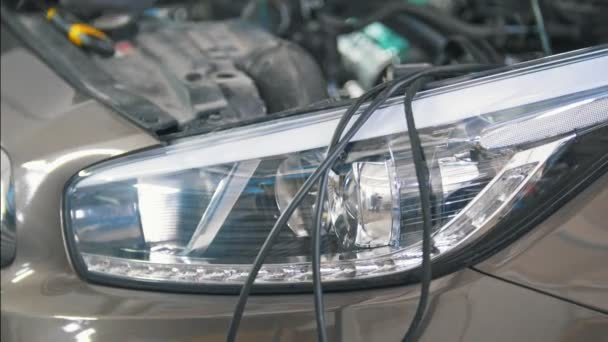 Práce s kabeláží na řídicím panelu na službu auto mechanik