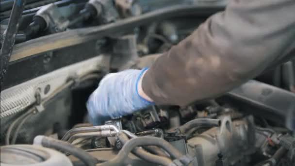 Szerelő kesztyű, javítás, autóalkatrész, a benzinkút az ember