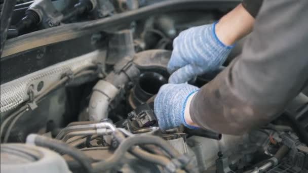 Mechanik v rukavicích založení auto díly na auto