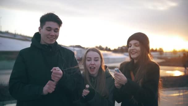 Boldog meg birtoklás móka-val fél poppers konfetti naplementekor