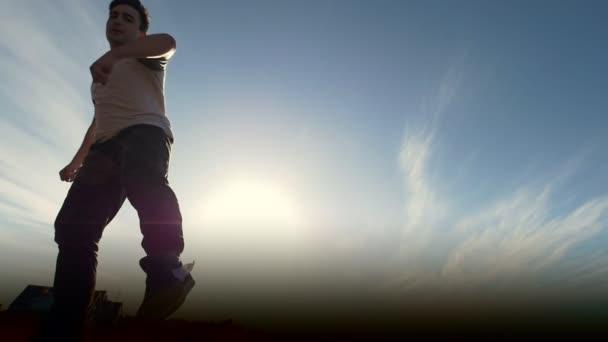 Mladý samec Parkour tricker skokan provádí úžasné vyletí před slunce