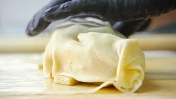 Koch in der Küche - Bäcker bereitet Teig für Apfelkuchen in Großküche zu