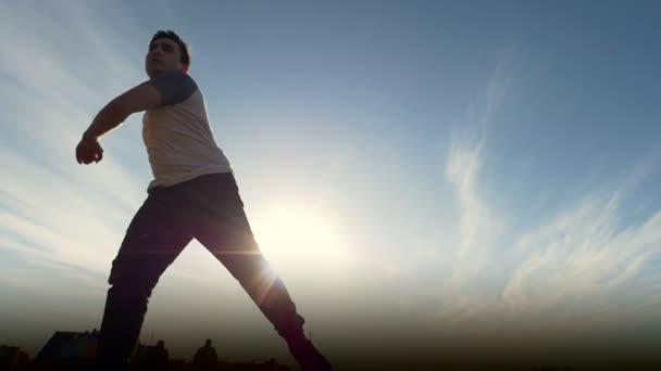 Mladý samec Parkour tricker můstků provádí úžasné vyletí, silueta