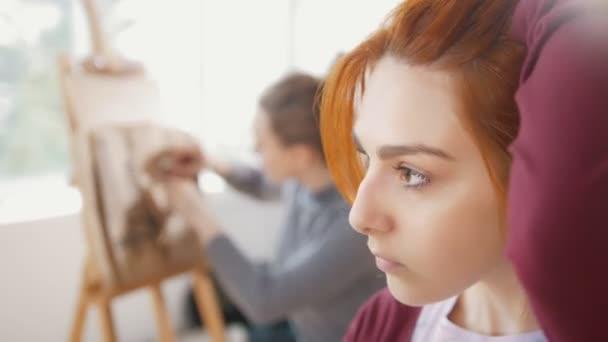 Mladá žena žena před umělec kreslí náčrty žena postavy