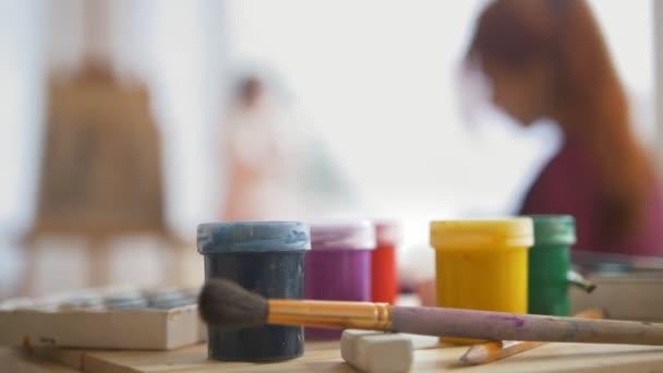 Dodává a maluje před painer provedení umělecké etuda witn nahý model