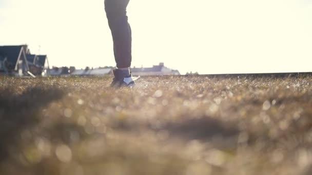 Mladých mužů Parkour tricker svetr dělá rozcvička před tréninkem před slunce