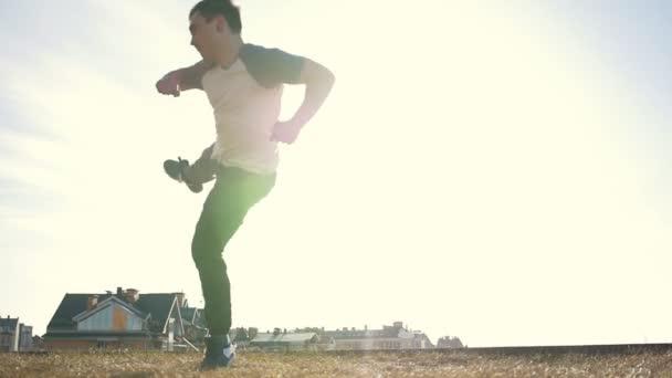 Mladí manparkour tricker můstek dělá rozcvička před tréninkem před slunce