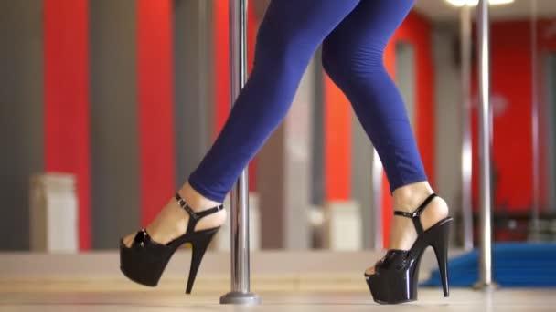 Видео девичьи ножки в танце, голые порно спортивные девушки