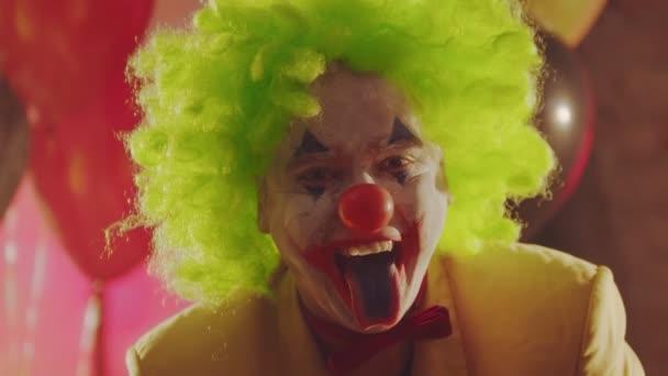 Egy őrült bohóc kidugja a kifestett nyelvét.