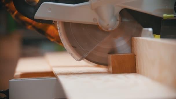 Tesařství - dřevorubec řeže dřevěný detail ostrou kruhovou pilou