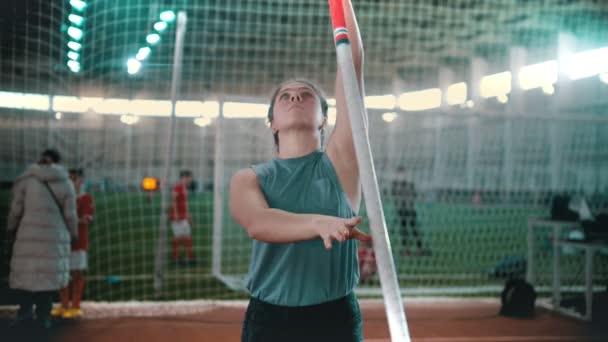 pole boltozat - a sportoló beállítása ugrani, és elkezd futni