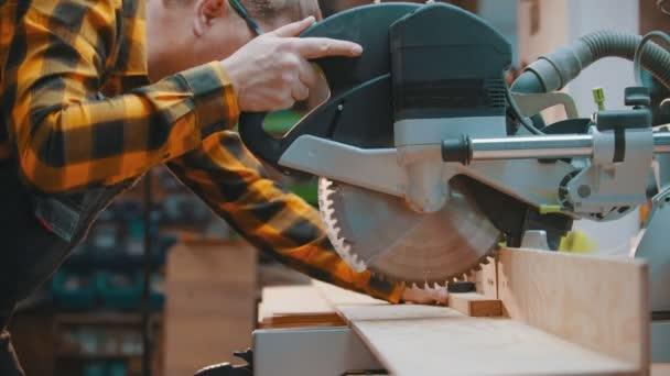 tesařství - muž dřevorubec řezání dřevěný detail s ostrým kruhovou pilou