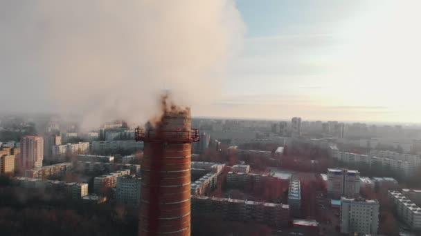 Problém znečištění ovzduší - velká průmyslová trubka znečišťuje ovzduší ve městě
