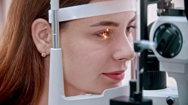oftalmolog - záře ženského oka ze speciálního zařízení