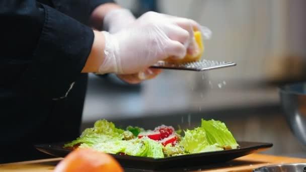 Kuchyně - vaření je tření sýr v struhadle v salátu