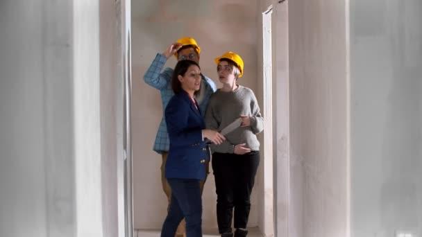 Realitní makléř ukazující rodinám nový koncept bytu