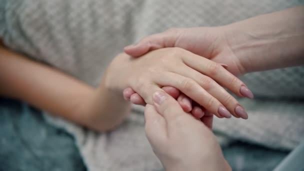 Masszázs - női masszőr gyúrja egy fiatal nő gyönyörű ujjait