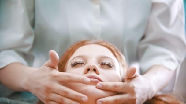 Masáž - krásná masáž mistr masáže ženy tvář